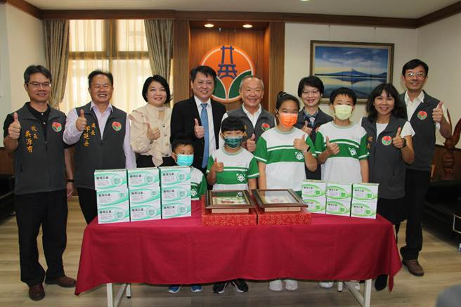 苗栗縣政府16日獲熱心企業捐贈30萬5000片醫療口罩,將配發各國民中小學使用,防疫不懈怠。(何冠嫻攝)