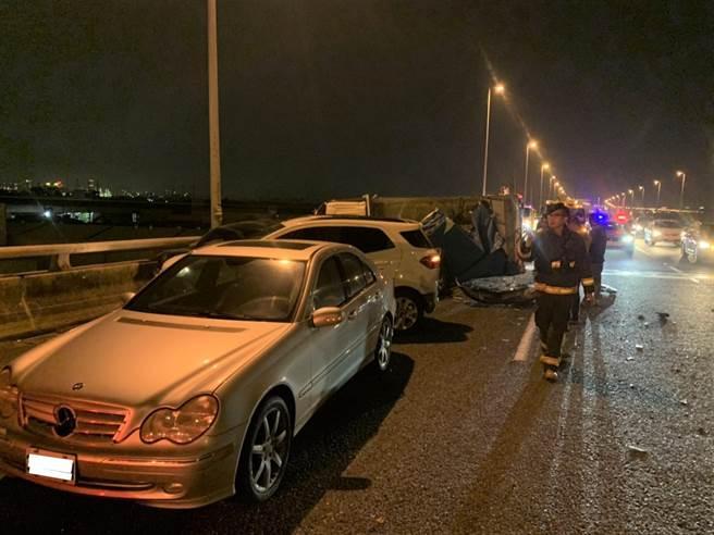 國道10號西向7.8公里近仁武交流道,16日晚間6時32分發生5部自小客車與1部自小貨車追撞。(翻攝照片/林瑞益高雄傳真)