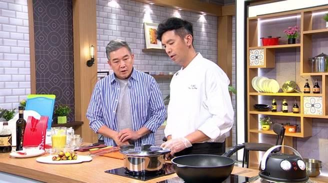 焦志方(左起)與王振權老師專心料理。(年代提供)