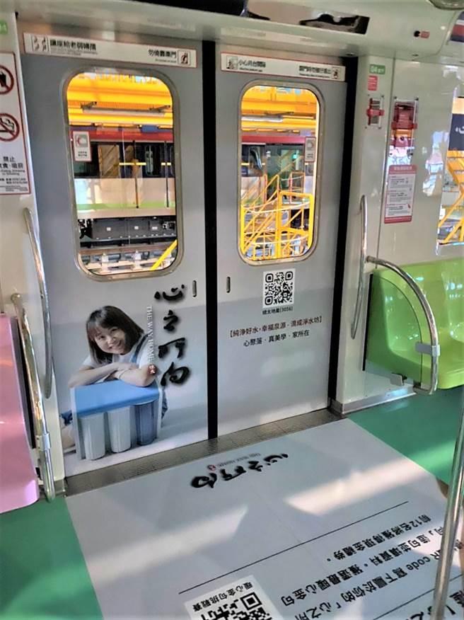 總太地產在台中捷運綠線2列車廂內,首度曝光廍子段新案「心之所向」,由社區頭家拍攝當主角。(盧金足攝)