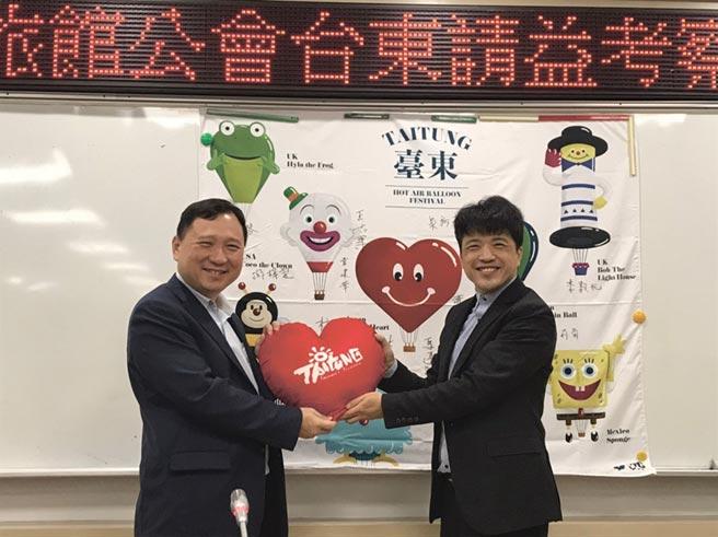 臺東副縣長王志輝(左)贈送愛心抱枕,韋建華理事長(右)代表接受。圖/旅館公會提供