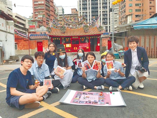萬芳高中學生與老師在景美集應廟廣場前。(信義房屋提供)