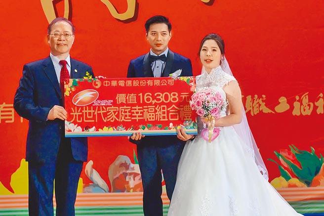 中華電信昨日舉辦員眷集團婚禮,由中華電信董事長謝繼茂擔任證婚人,為新人獻上祝福。(中華電提供)