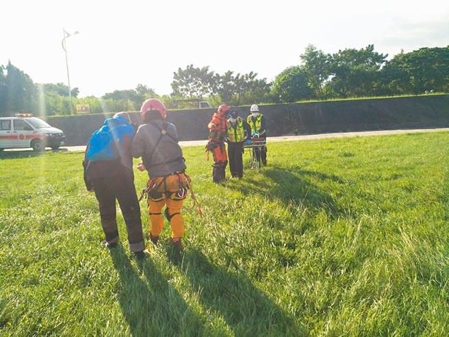 空中勤務總隊第一大隊昨早將3名巡山員及3名工作人員救下山。(空勤總隊提供/羅亦晽花蓮傳真)