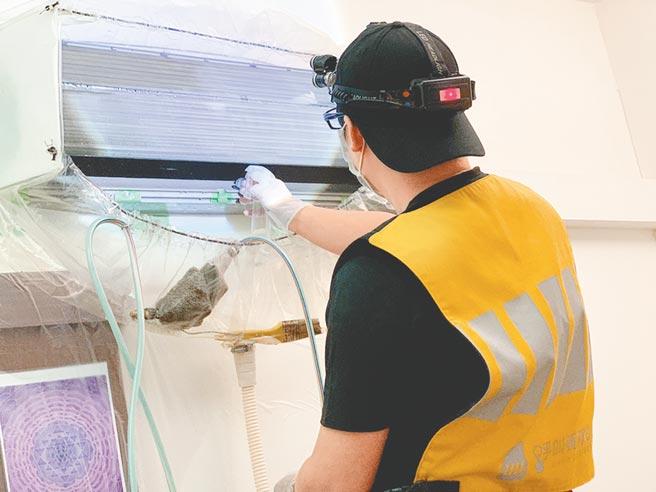 呼叫黃背心現推出分離式冷氣清洗,特價1999元,向客服表明為中國時報讀者,即獨家贈送水質檢測。(呼叫黃背心提供)