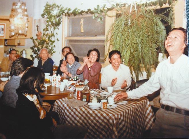 從右至左為七等生、古蒙仁、聶華苓、茹志鵑、李歐梵、吳祖光、劉紹銘,陳映真和王安憶(二人背對鏡頭)。(古蒙仁提供)飲酒過量,有害健康