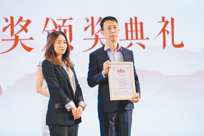 金沙散文獎作品改編微電影,由上海旺時文化公司總監張心瑜頒獎給泉州師範學院團隊,得獎團隊指導老師吳孟軒(右)恰好是台籍講師。(主辦單位提供)
