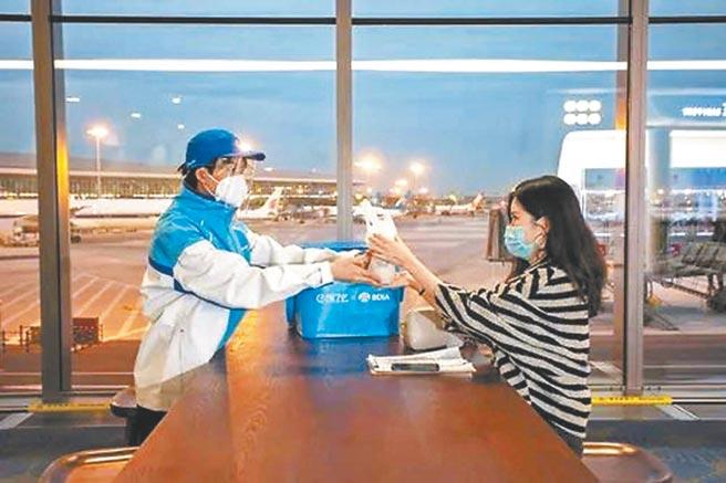 消費者在大興機場下單購買的餐食會在30分鐘內送達登機口。(趙鵬攝)