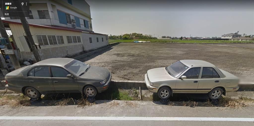 有網友分享另一角度照片,可清晰看見車輪下方還有輪框。(圖/翻攝自新·路上觀察學院)