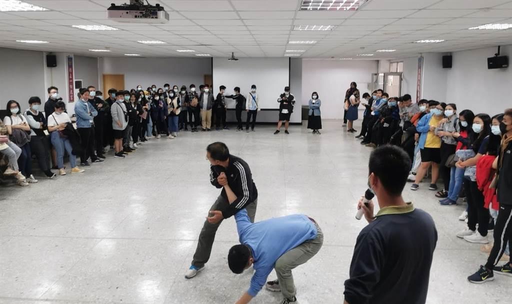金門警方安排教官進入校園,指導外籍學生防身術。(警方提供)