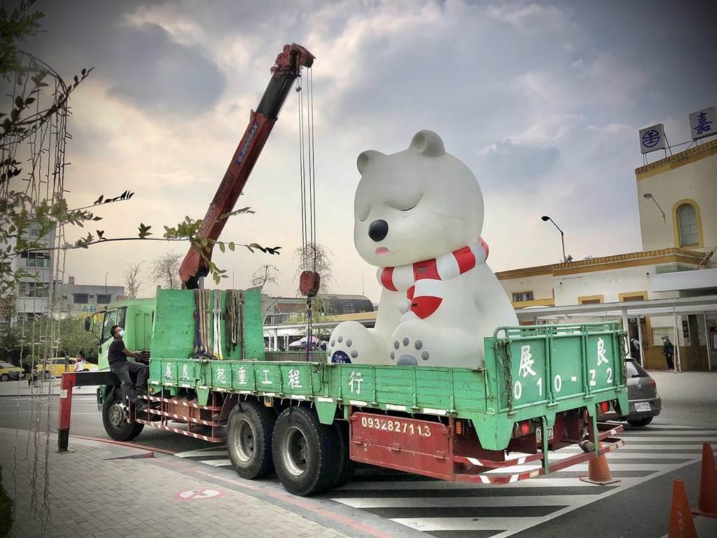 嘉義市火車站前的沉睡大白熊近日進場清洗,暫時退場休息。(嘉義市政府提供∕呂妍庭嘉義傳真)