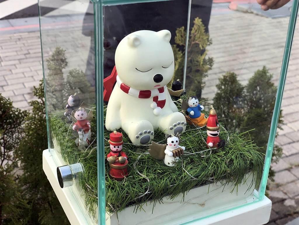 嘉義市火車站前的沉睡大白熊近日進場清洗,暫時退場休息,派出縮小版來代班。(嘉義市政府提供∕呂妍庭嘉義傳真)