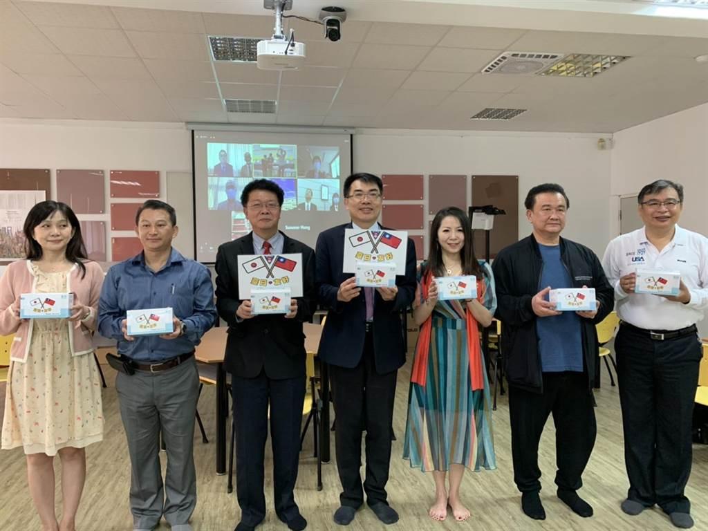 台南一中募集超過1萬片口罩,於17日以視訊方式捐贈日本6所高校。(李宜杰攝)