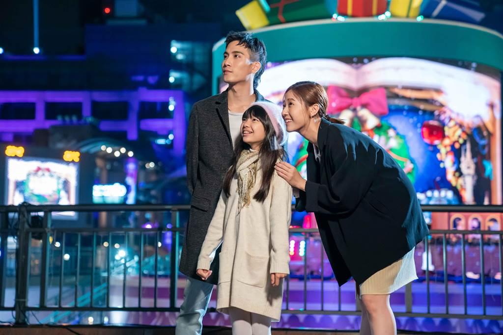 方志友及陳彥在形象廣告中飾演夫妻攜女兒一同遊耶誕城。(TVBS提供)