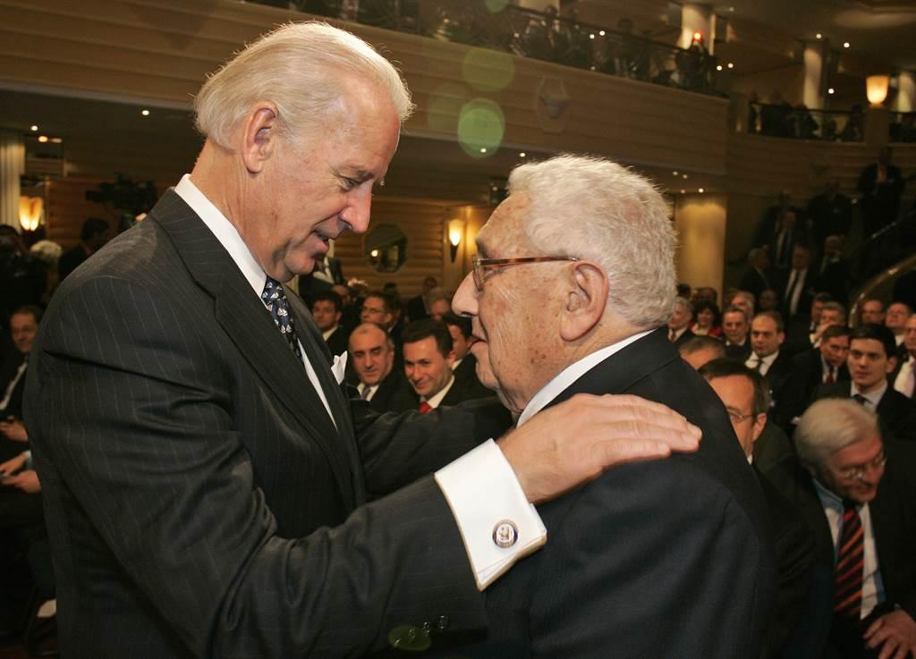素有美國「外交教父」的前國務卿季辛吉表示,川普政府這4年與陸摩擦不斷,升級為軍事衝突機率大幅上升,呼籲拜登政府盡快修復與北京之間的聯繫。圖為拜登於2009年於慕尼黑安全會議與季辛吉(右)見面。(美聯社資料照)