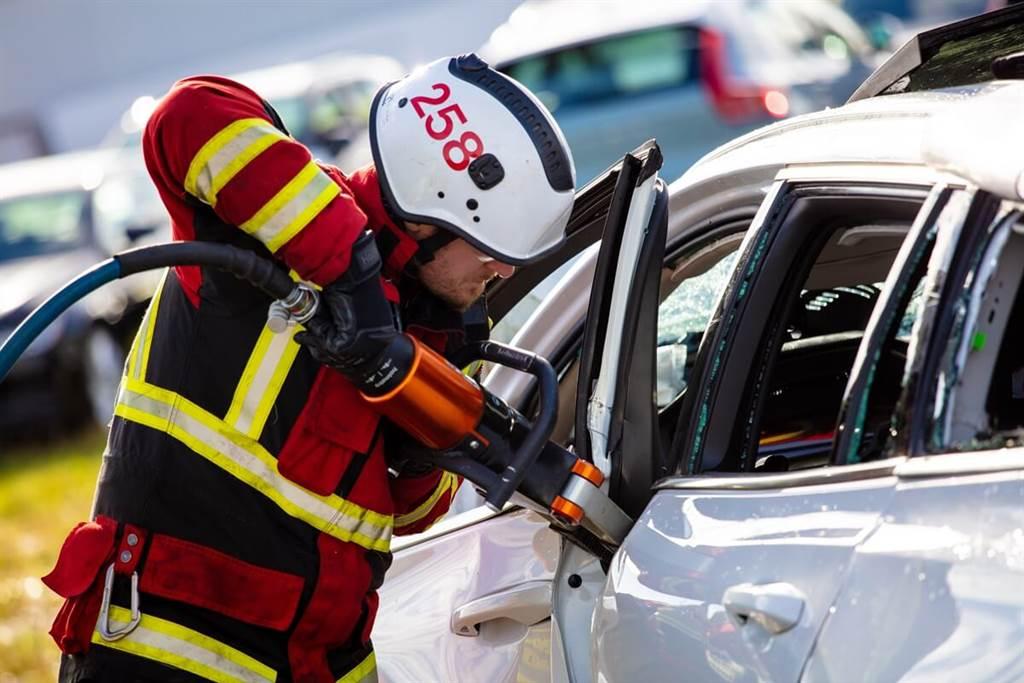 Volvo將車輛從30米高自由落下模擬嚴苛撞擊事故 協助救難人員工作訓練