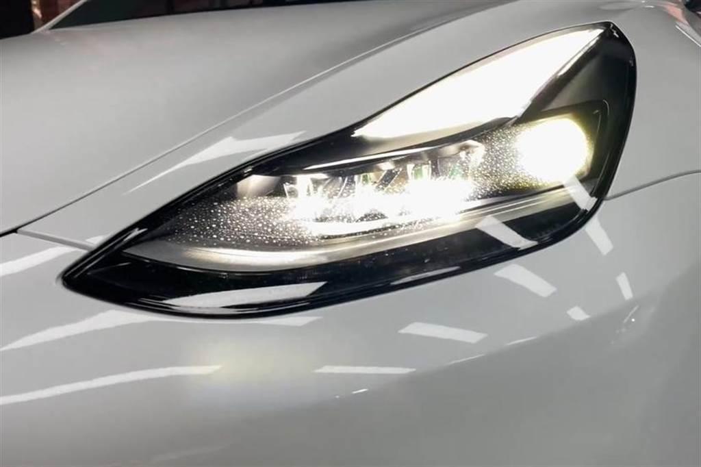 Model 3 新舊版頭燈測試比較:多了透鏡魚眼燈,那二粒到底有多閃?!