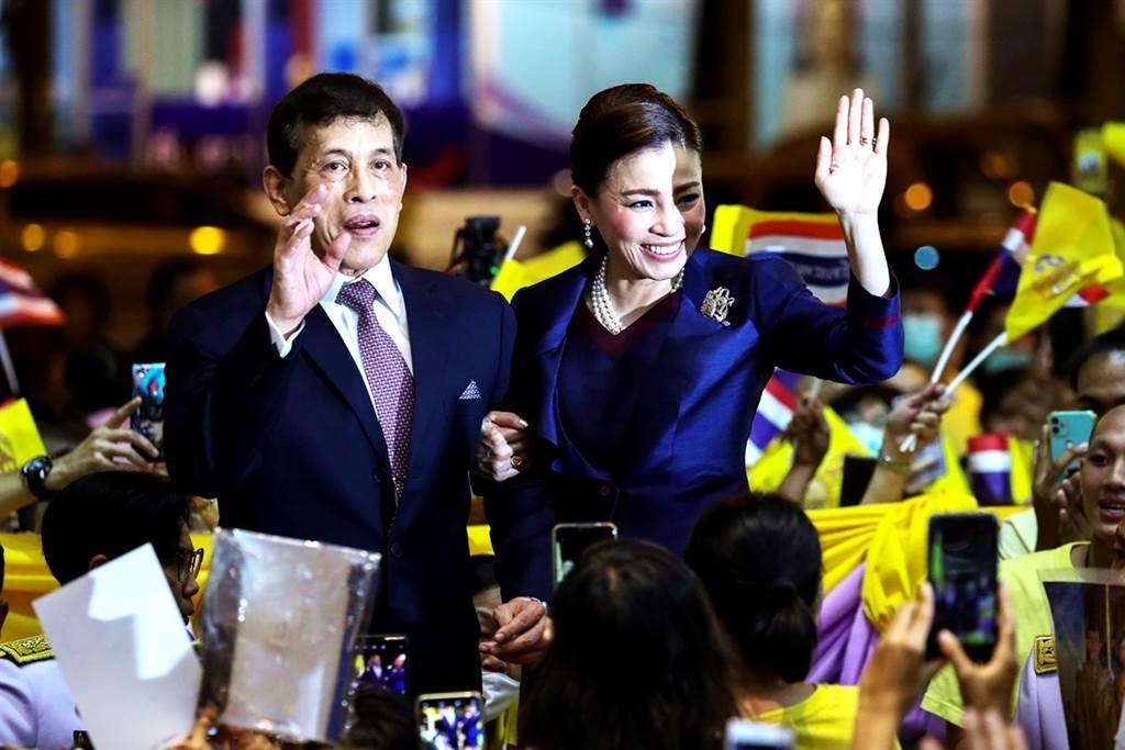 泰王瓦吉拉隆功(King Maha Vajiralongkorn)與王后蘇堤達(Suthida Vajiralongkorn)14日「親民」試乘新地鐵,不過身旁一票臣子、官員卻跪坐地板,再度引起關注。圖為地鐵站外支持群眾簇擁泰王、王后的畫面。(圖/路透社)