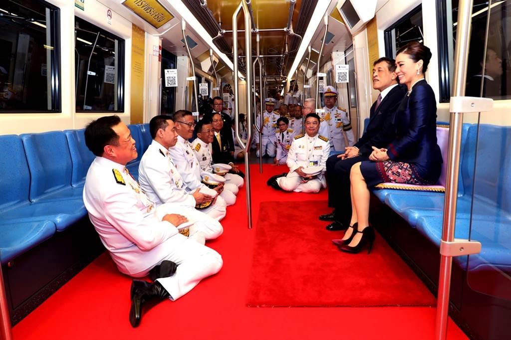 泰王瓦吉拉隆功(King Maha Vajiralongkorn)與王后蘇堤達(Suthida Vajiralongkorn)14日「親民」試乘新地鐵,不過身旁一票臣子、官員卻跪坐地板,再度引起關注。(圖/路透社、泰國王室宮務處提供)