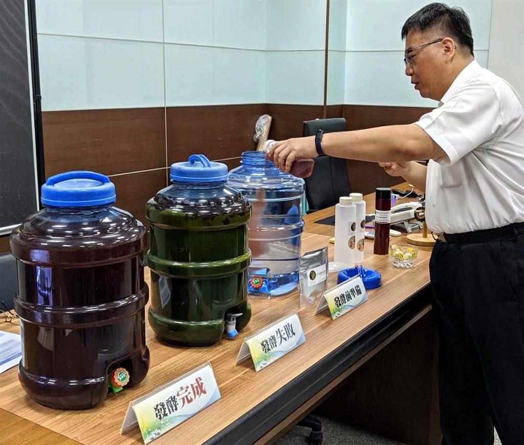 屏東科技大學生物科技系教授陳又嘉團隊,研發「光合益生菌培養包」,讓農民簡單又便宜的方法培養光合菌,長出的作物更優質。(潘建志攝)