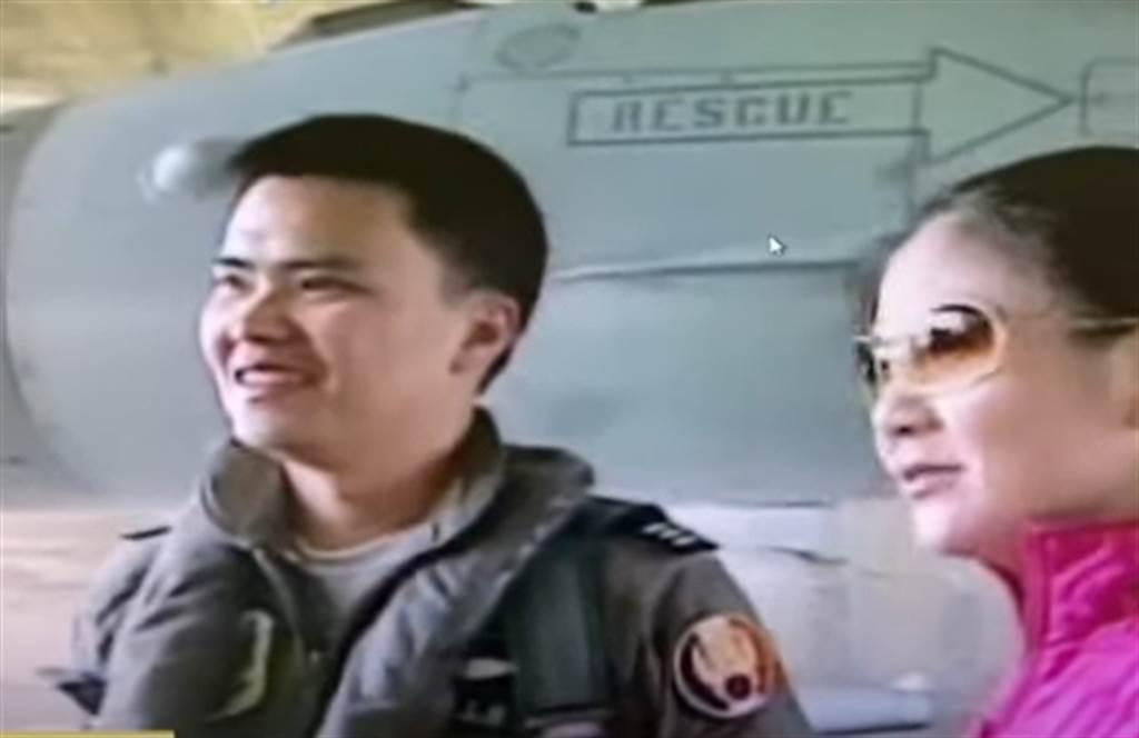 飛官蔣正志2006年與妻子一起出席空軍嘉義基地活動。(中天新聞提供)
