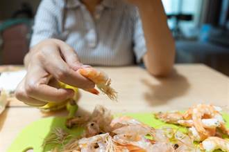 男帶女吃海產「剝蝦」突倒地亡 店家目擊嚇瘋:全員收驚