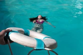 真英雄!女大生失足落水 61歲外交官跳水搶救