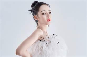 迪麗熱巴合身羽毛裙藏不住曼妙S曲線 修身剪裁幾何耳環成亮點