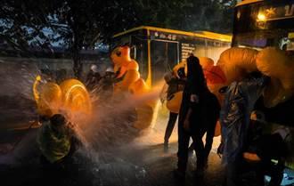 泰國群眾抗爭升溫 警方動用水砲與催淚瓦斯