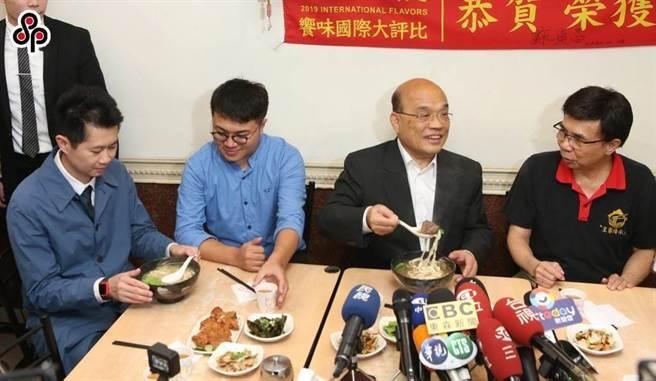 丁怡銘(左一)請辭行政院發言人前,在行政院長蘇貞昌(右二)陪同下前往年肉麵店吃麵。(本報資料照片)