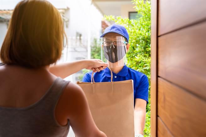 雙11造成不少宅配業者相當忙碌,但在這同時也傳出不肖宅配員偷拍女性清涼照。(圖/示意圖,達志影像)