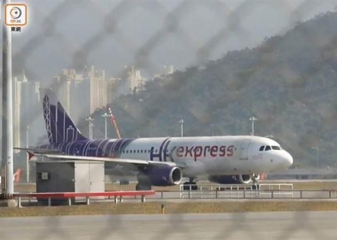 香港快運要求機師減薪最多四成,空服員減薪一成。(香港東網)