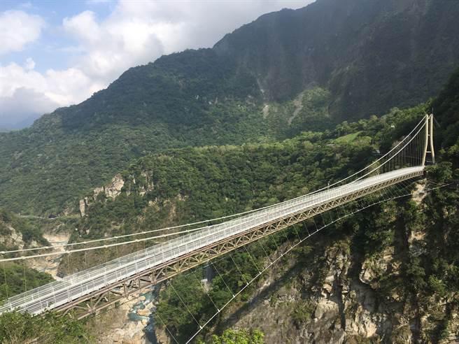 山岳吊橋,網路約約參觀每天都供不應求。(太管處提工/王志偉花蓮傳真)