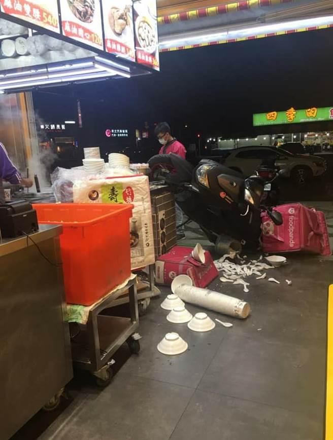 現場餐具散落一地,而更有人發現外送員疑似拚外送已疊6單。(圖/翻攝自UberEATS台灣)