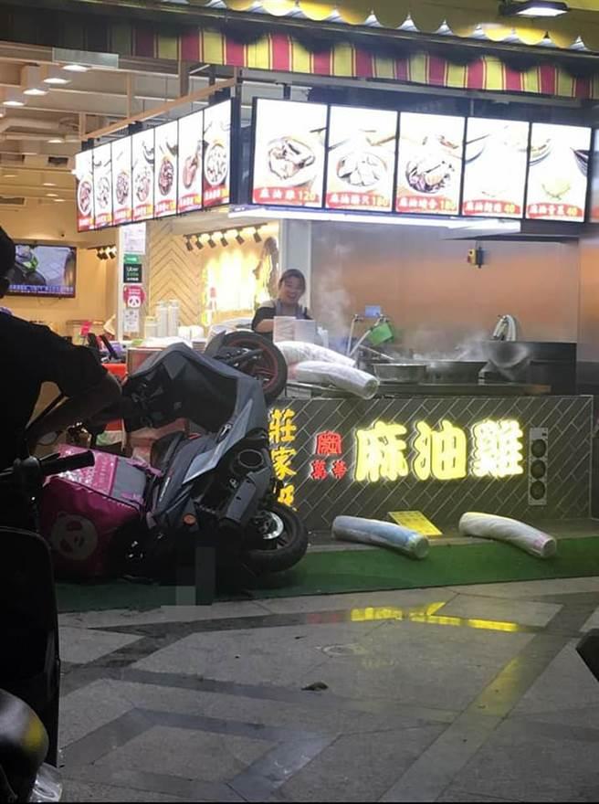 有網友意外發現店員笑得很開心。(圖/翻攝自UberEATS台灣)