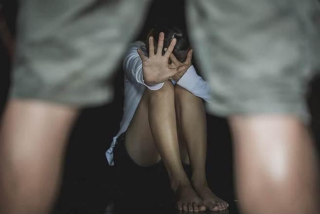 一名母親因案入獄,年僅12歲的女兒因此搬去和同母異父的哥哥同居,哥哥竟趁機兩度指侵妹妹得逞。(圖/達志影像shutterstock提供)