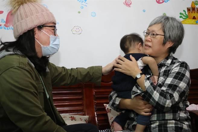 雖然只帶了2個月  但幼兒與保母藍雪甄(右)已有了感情 。(新北市社會局/葉德正新北傳真)