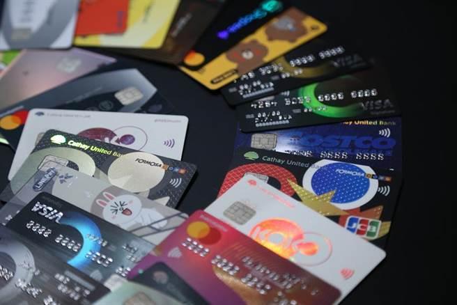 (無法出國,10月信用卡刷卡金額17年首度輸9月。圖/資料照片)