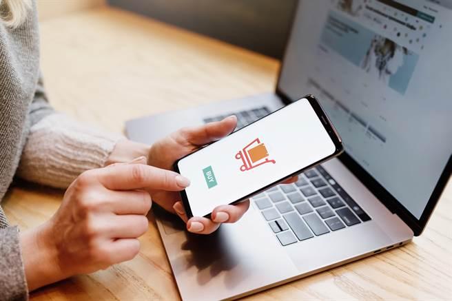 一名女網友因不滿網購商品質不如預期,因而給了低於5星的評價,豈知,卻被賣家逼著改回5星。(圖/示意圖,達志影像)