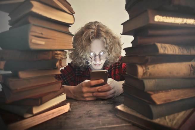 大陸網路文學持續向海外輸出已有1萬多部。(示意圖/shutterstock達志影像)