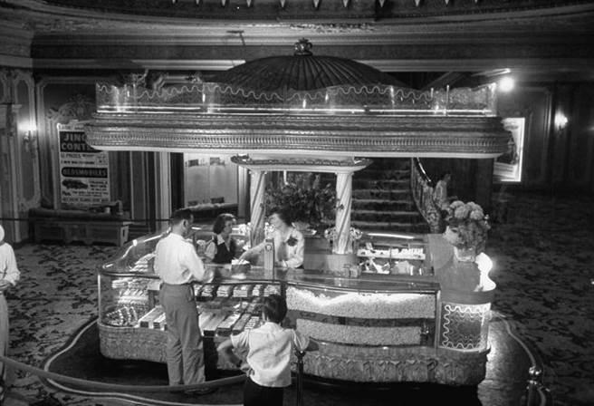 美國,在小賣部買零食的男人,照片年代日期不明(圖/時報出版提供)
