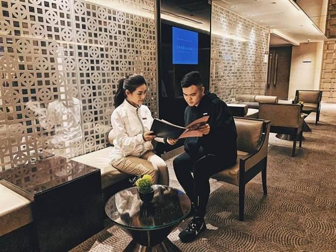 针对「2020台北马拉松」赛事,台北晶华酒店推出住房案,标榜赛前安排放松课程由教练将助跑者拉筋放松。图/台北晶华酒店提供