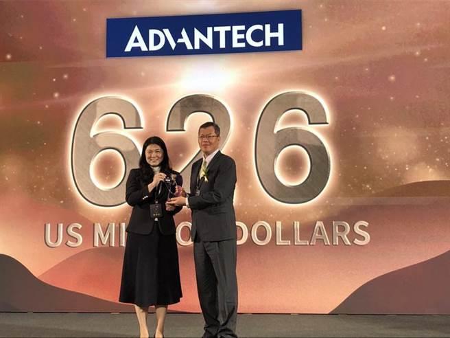 工業電腦廠研華獲頒2020台灣國際品牌第四名,由研華綜合經營管理總經理陳清熙(右)出席領獎。圖/研華提供