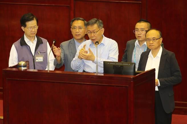 台北市長柯文哲(中)17日赴議會接受市政總質詢,面對近來大學生尋短事件頻傳,將找大學校長把社會安全網破洞補起來。(杜宜諳攝)