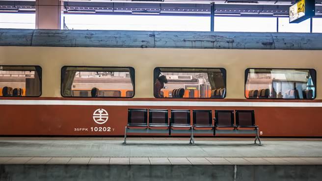 台鐵究竟該不該賣站票,引兩派網友熱烈討論。(圖/示意圖,達志影像)