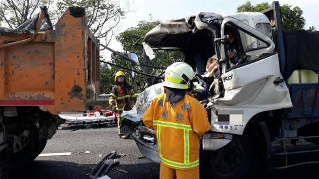 车祸的撞击力极大,庄姓男子驾驶的大货车车头几乎全毁,他被底座夹住动弹不得。(国道公路警察局第八大队提供)