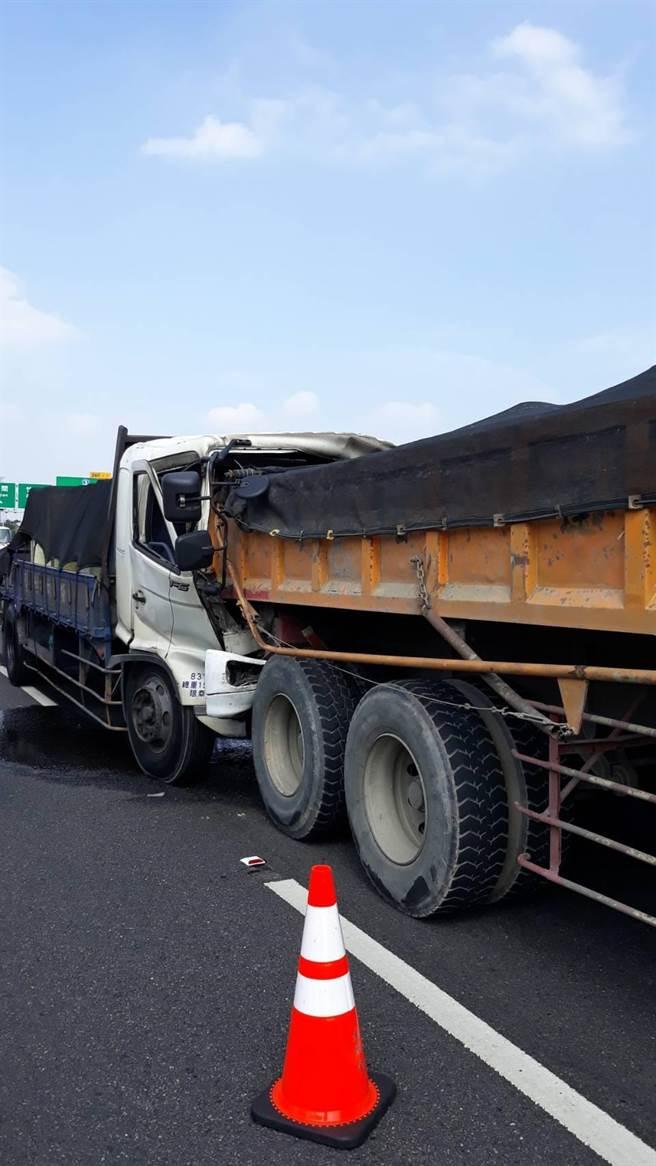 大货车驾驶疑因行经施工区域,未注意前车状态,追撞砂石车。(国道公路警察局第八大队提供)