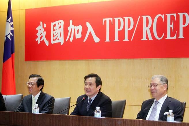前總統馬英九(中)過去積極為TPP和RCEP做準備,指蔡政府不願以「九二共識,一中各表」跟大陸打交道,又拿不出替代方案,讓台灣走入國際場域面臨困境。(圖/摘自馬英九臉書)