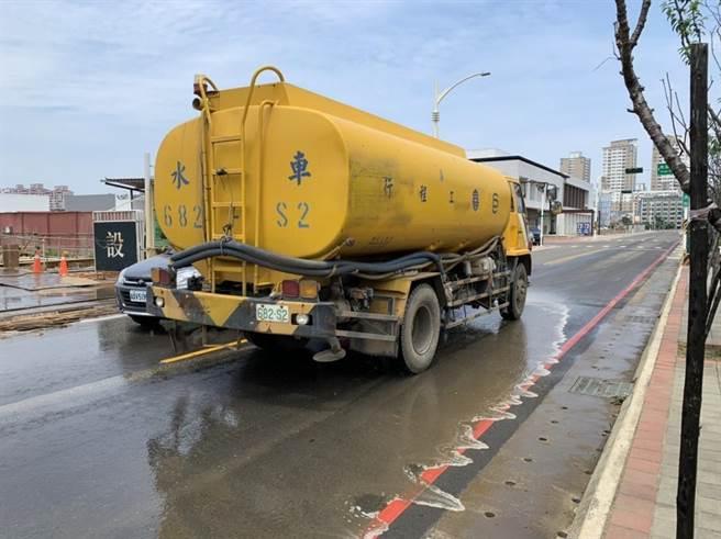 ]桃園市環保局透過清掃街道來抑制揚塵,減少本地汙染物的產生,遇到東北季風空汙季時才能有效防範。(桃園市環保局提供/姜霏桃園傳真)