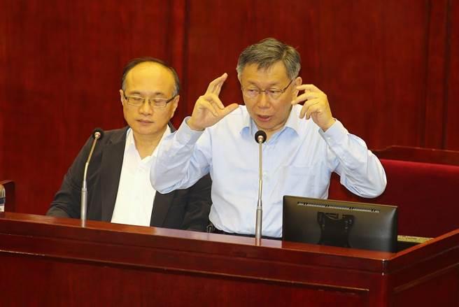 台北市長柯文哲(右)17日赴議會接受市政總質詢,面對衛福部招募人體試驗新冠肺炎疫苗,他直說是「大內宣」。(杜宜諳攝)